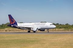 Brussels Airlines Airbus A319-111 imediatamente depois do toque para baixo no aeroporto de Manchester Imagem de Stock
