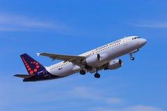 Brussels Airlines A320 decola Fotografia de Stock Royalty Free