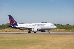 Brussels Airlines flygbuss A319-111, precis når att ha tryckt på ner på den Manchester flygplatsen Fotografering för Bildbyråer