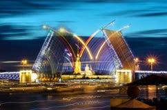 BRussia,圣彼得堡宫殿桥梁吊桥和彼得和保罗堡垒夜视图  免版税库存图片