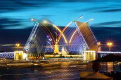 BRussia, vista di notte di San Pietroburgo del ponte mobile del ponte del palazzo ed il Peter e Paul Fortress Immagine Stock Libera da Diritti