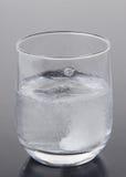 Brustabletten i ett exponeringsglas av bevattnar fotografering för bildbyråer