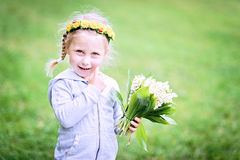 Brustbild des lächelnden Babys mit Frühlingsblumen Stockfotografie