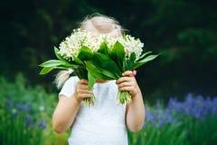 Brustbild des lächelnden Babys mit Frühlingsblumen Lizenzfreies Stockbild