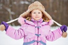 Brustbild des lächelnden kleinen Mädchens in der Jacke des kleinen Fingers Stockfoto