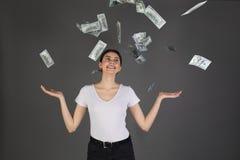 Brustbild des netten frohen Mädchens im weißen T-Shirt Dusche von 100 hundert Dollar genießend lizenzfreie stockfotografie