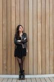 Brustbild einer modernen Frau, die an etwas bei der Stellung auf Kopienraumhintergrund denkt Stockbilder