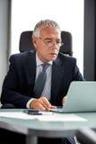 Brustbild eines durchdachten Geschäftsmannes Stockfotos