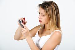 Brustbild eines jungen Mädchens schreibt an Ihrem Handy Lizenzfreie Stockbilder