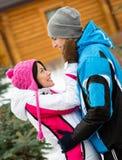 Brustbild von Paare draußen umarmen lizenzfreies stockbild