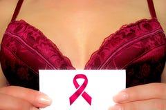 Brustkrebs-Bewusstseinskonzeptbild Mädchen hält Karte mit rosa Bandzeichen vor Fehlschlag im BH oder trennt Kleid oktober lizenzfreie stockbilder