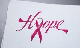 Brustkrebs-Rosabandkonzept auf Weißbuch Stockbilder