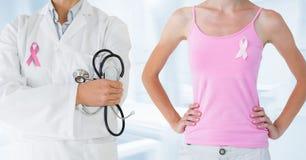 Brustkrebsdoktor und -frau mit rosa Bewusstseinsband Stockfotos