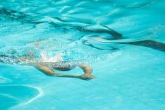 Brustschlagmannschwimmen Lizenzfreie Stockfotografie