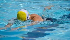 Brustschwimmen im Pool Lizenzfreie Stockfotos