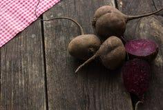 Brut dinant les betteraves rouges juteuses photos stock