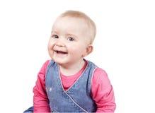 Brutaal babymeisje die camera het glimlachen bekijken Royalty-vrije Stock Foto's