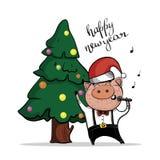 Brutaal varken in GLB van Santa Claus dichtbij de verfraaide Kerstboom Het karakter zingt een lied in de microfoon royalty-vrije illustratie