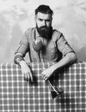 Brutal caucasian hipster med den alkoholcoctailen och flaskan royaltyfri bild
