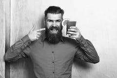 Brutal caucasian hipster som rymmer den tropiska alkoholiserade nya coctailen royaltyfri bild