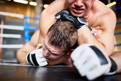 Brutal kamp i boxningsring Arkivfoton