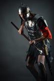 Brutal krigare i harnesk med ett spjut i händer Arkivbild