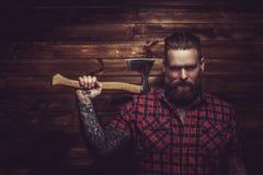 Brutal man med skägget och tattooe royaltyfri foto
