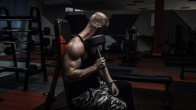 Brutal muscle guy doing exercises Royalty Free Stock Photos