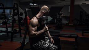 Brutal muskelgrabb som gör övningar Royaltyfria Foton