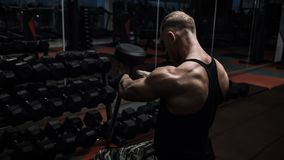 Brutal muskelgrabb som gör övningar Arkivbild