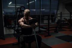 Brutal muskelgrabb som gör övningar Arkivfoton