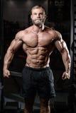 Brutal muskulös man med för konditionmodell för skägg orakad sjukvård Arkivfoto