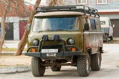 Brutal russe outre de la voiture UAZ de route en ville photo stock