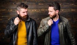 Brutal skäggig hipster för män som poserar i trendiga svartläderomslag Stilig stilfullt och kallt Känn sig säker in royaltyfri fotografi