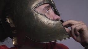 Brutala Roman Legionnaire som bär en hjälm som äter upp en kaka, slut lager videofilmer