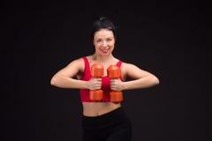 Brutale atletische vrouw die omhoog muscules met domoren pompen royalty-vrije stock foto's