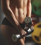 Brutale atletische vrouw die omhoog spieren pompen met Royalty-vrije Stock Afbeeldingen
