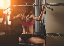 Brutale atletische vrouw die omhoog spieren pompen met Stock Afbeeldingen