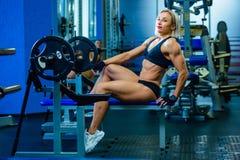 Brutale geschiktheids sexy vrouw met spier in de gymnastiek Sporten en fitness - concept gezonde levensstijl De vrouw van de gesc stock fotografie