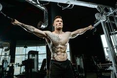 Brutale Kaukasische bodybuilder opleidingsborst in gymnastiek Royalty-vrije Stock Foto's