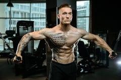 Brutale Kaukasische bodybuilder opleidingsborst in gymnastiek Royalty-vrije Stock Afbeeldingen