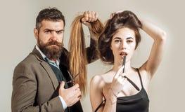 Brutale kerel in moderne Barber Shop De haarvoorbereiding is enkel voor het stormende kloofje Haarstudio's Schoonheidsvrouw het k stock foto