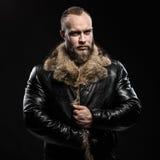 Brutale knappe mistroostige ongeschoren mens met lange baard en snor Stock Afbeelding