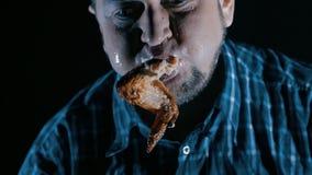 Brutale mens die vlees met slow-motion bloed eten Concept gulzigheid stock video