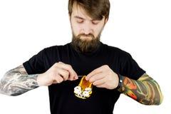 Brutale mens met baard en tatoegering Stock Foto