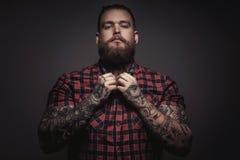 Brutale mens met baard en tattoes Stock Afbeeldingen