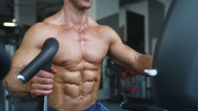 Brutale sterke bodybuilder atletische mensen die omhoog spieren met domoren pompen stock videobeelden