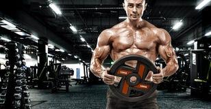 Brutale sterke spierbodybuilder atletische mens die omhoog bodybuilding knappe het conceptenachtergrond pompen van de spierentrai stock afbeeldingen