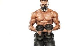Brutale sterke spierbodybuilder atletische mens die omhoog spieren in opleidingsmasker pompen op witte achtergrond workout royalty-vrije stock foto