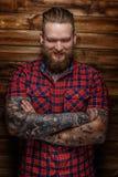 Brutalna ogromna samiec z brodą i tatuaże z uśmiechem na jego twarzy Obraz Stock